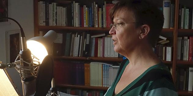 Maija Baer spricht im improvisierten Tonstudio die neue Nummer des Hörmagazins auf