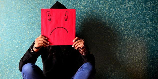 Ein Mensch hält ein trauriges Emoji vor sein Gesicht., © pixabay/PDPics