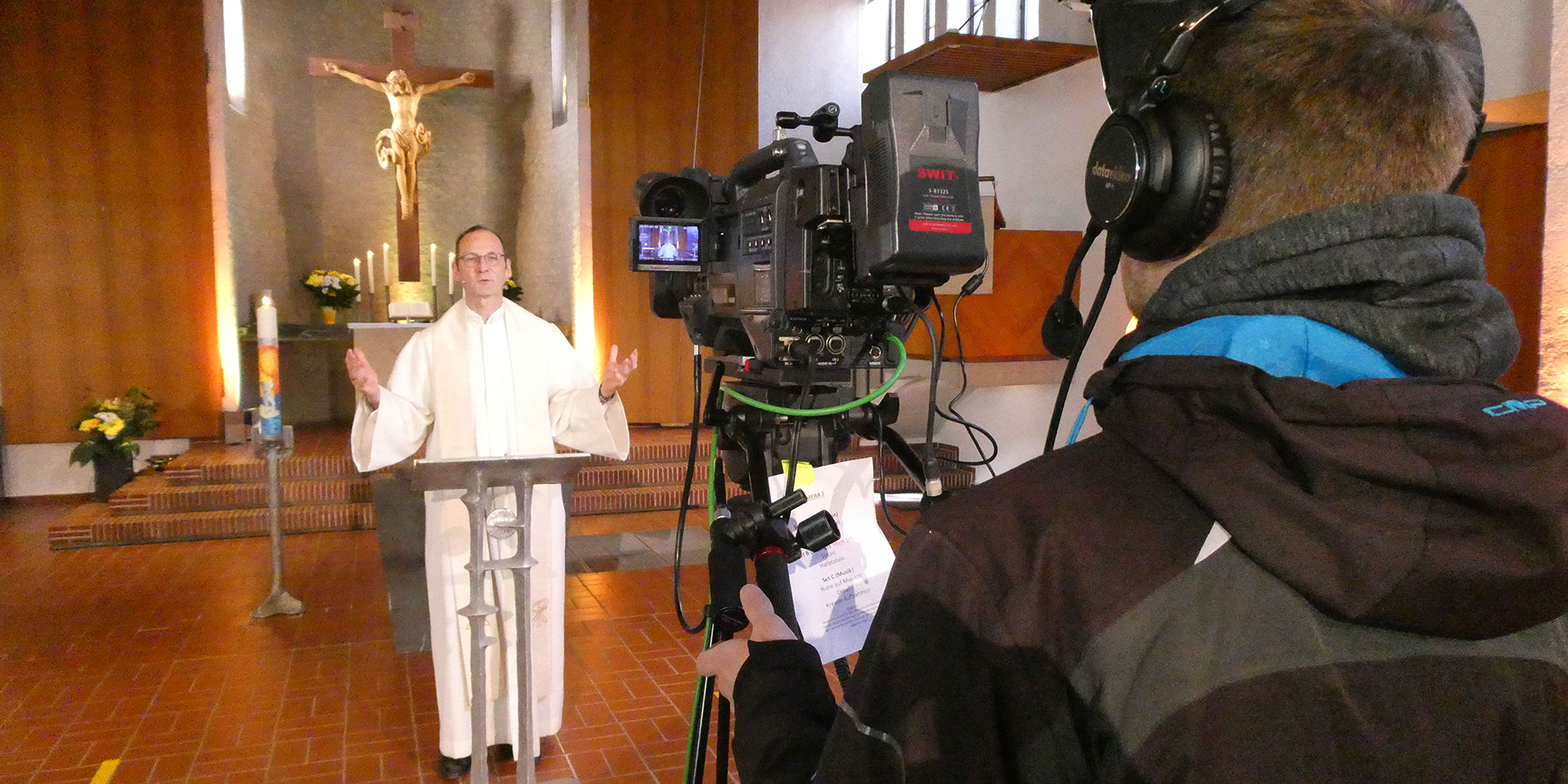 Pfarrer Thomas Bachmann vor der Kamera