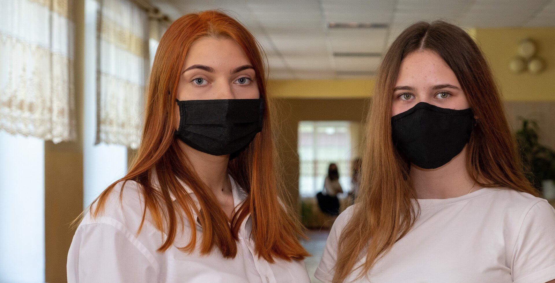 Schülerinnen mit Maske